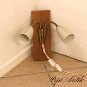 Retro væg natlampe med creme metal lampeskærm og messing B12,5xH35 cm teak brættet