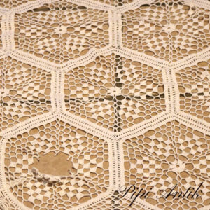 22 Hæklet borddug rundt 1 skade reparererbar med nål Ø170 cm