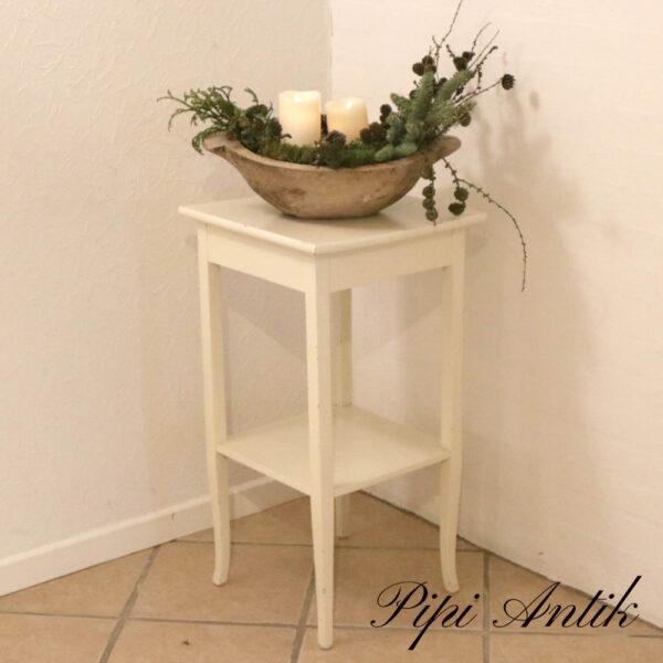 Romantisk hvidt hjørne bord med underhylde L40xB40xH74,5 cm