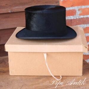 Høj hat i brun æske ca. str. 57-58
