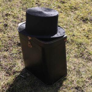 24 Høj hat med pap kuffert Str 57