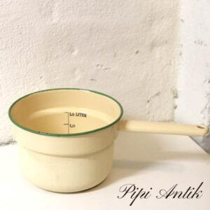 31 Madam Creme emalje kasserolle med litermål patineret udenpå Ø19x12 cm