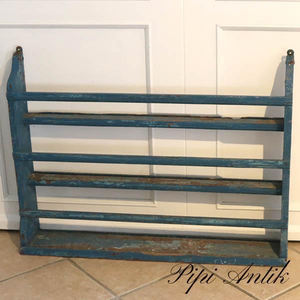 Flot grov patineret tallerkenrække i blålige skrabet farver L97xH74xD16 cm