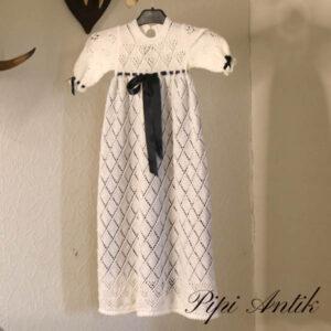 Dåbeskjole strikket hvidt med blåt riet underkjole L74 cm