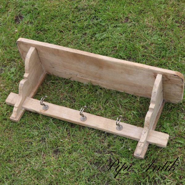 23 Træhylde med knager til håndklæder viskestykker patineret træ L64,5Xd17xH32 cm