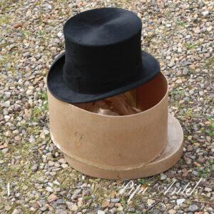 23 Sort høj hat London str 57 med natur farvet hatteæske