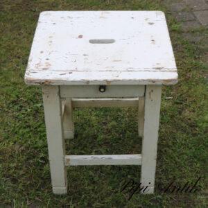 25 Hvid patineret natbord skammel med skuffe L66xD42xH70 cm