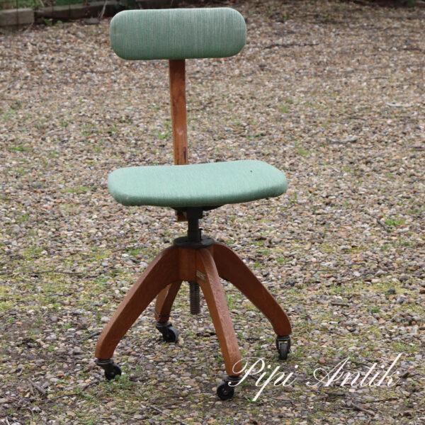 249 Retro kontorstol egetræ og grønt stofsæde samt ryg B41xD38xH84 cm 50 cm sædet