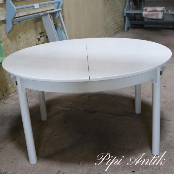 Rundt ovalt hvidt patineret spisebord svensk bord med 2 plader under Ø131 sprøjemale projekt