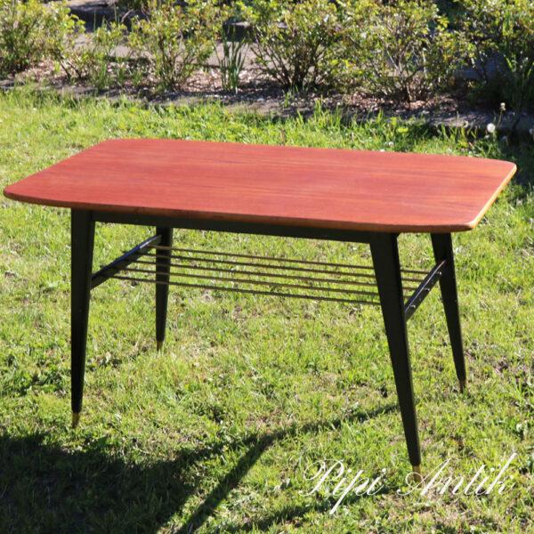 03 Teak sofabord med patina på bordpladen sorte ben og messing avishylde L102xB54xH57,5 cm