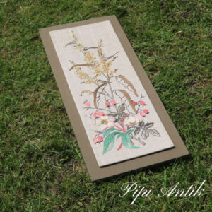 06 Broderi billede olivengrøn sand og beigefarvet blomster B27xH66xD1,5 cm