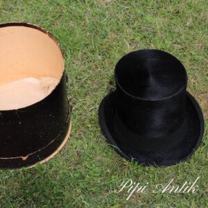 12 Højhat str 57 med sort æske James Picadelly London med børste