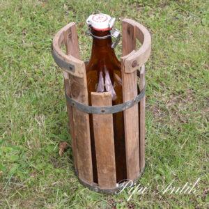 Brun patentflaske i træramme Ø22xH41 cm