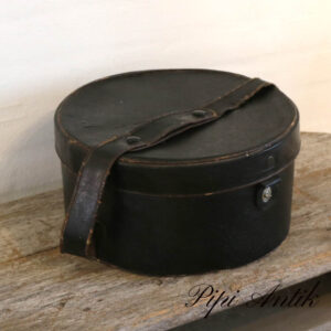 Sort hatteæske i læder patineret Ø33,5xH17,5 cm