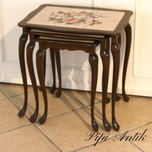 Satsbord i mørkt træ og beige kakler med blomstermotiv L54xB39xH56cm