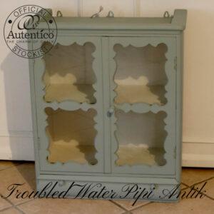 Glas vitrine romantisk udskåret i Troubled Water Autentico med lys L63xD31xH75cm