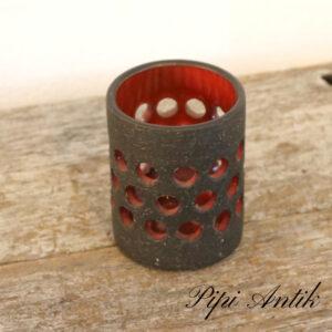 Retro fyrfadslyseholder i lertøj rødt og natur Ø8xH10cm