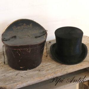 57 Høj sort hat i hatteæske Ø58 Superior Quality Best London virker større end 58