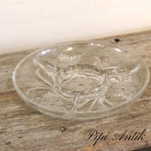 61 Sildefad i presset glas med små rum blomstret graveringer Ø28,5xH4cm